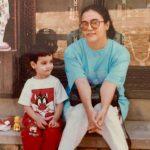 निहारिका बचपन के दिनों में अपनी माँ के साथ