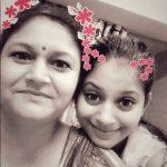 शिवानी सैनी अपनी माँ के साथ
