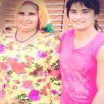 विनेश फोगाट अपनी माँ के साथ