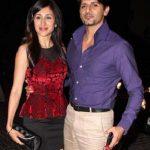 करणवीर अपनी पत्नी के साथ