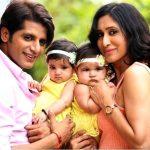 करणवीर अपनी बेटियों के साथ