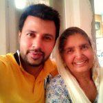 राज सिंह झींझर अपनी माँ के साथ
