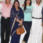 करणवीर अपने माता पिता और पत्नी के साथ