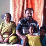 आनंद कुमार अपनी माता के साथ