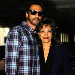 अर्जुन रामपाल अपनी माँ के साथ
