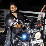 अरशद वारसी अपनी हार्ले डेविडसन बाइक के साथ
