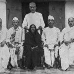 सरदार पटेल (दाईं ओर) अपनी माता और भाइयों के साथ
