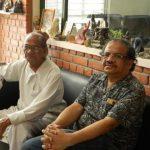 राम सुतार (बाईं ओर) अपने बेटे के साथ