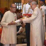 राम वी सुतार पद्म भूषण पुरस्कार ग्रहण करते हुए