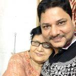 रवि अपनी माँ के साथ