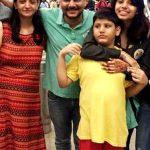 रवि अपनी पत्नी और बच्चों के साथ