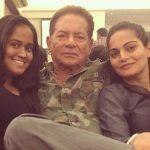 सलीम खान अपनी दोनों बेटियों के साथ