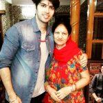 सुशांत मार्या अपनी माँ के साथ