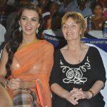एमी जैक्सन अपनी माँ के साथ