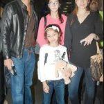 चंकी पांडे अपनी पत्नी और बच्चों के साथ