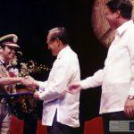 किरण बेदी रामन मैगसेसे पुरस्कार ग्रहण करते हुए