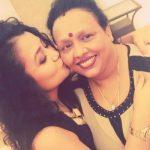 नेहा कक्क्ड़ अपनी माँ के साथ