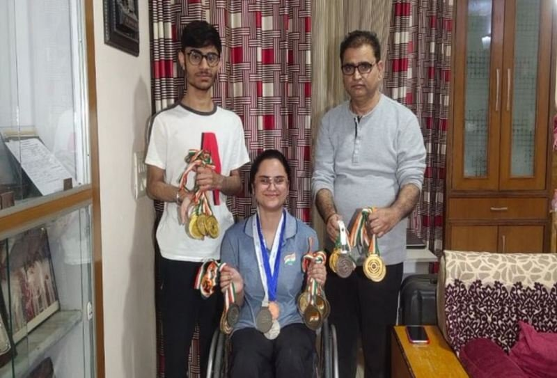 Avani Lekhara with her brother and father